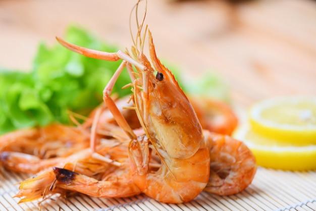 Garnalen geroosterde bbq zeevruchten op het witte voedsel van de plaatlijst