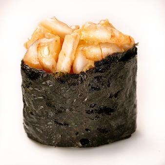 Garnalen gunkan zeewier sushi maki op witte achtergrond. delicate gastronomische hapjes. detailopname
