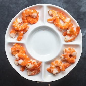 Garnalen klaar om gekookte of gebakken zeevruchtengarnaal te eten