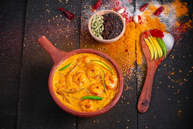 Garnalen mango curry kerala traditioneel gerecht gemaakt met rauwe mango