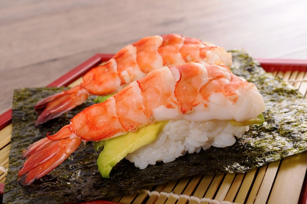 Garnalen met avocado sushi close-up