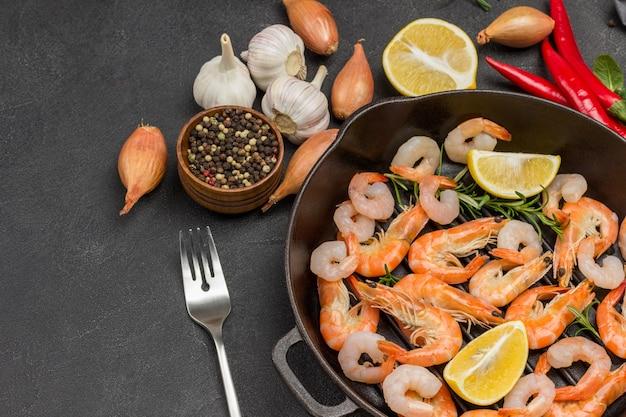 Garnalen met citroen en rozemarijntwijgen in koekenpan