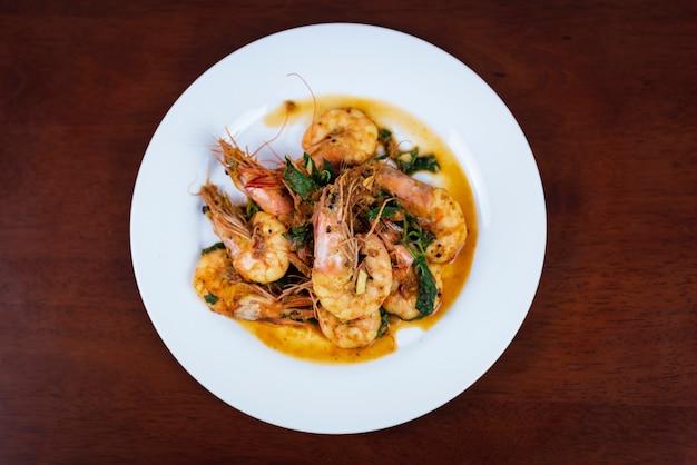 Garnalen met rode curry, thais eten, bovenaanzicht