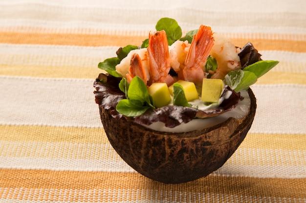 Garnalen met salade en mango in kokos.