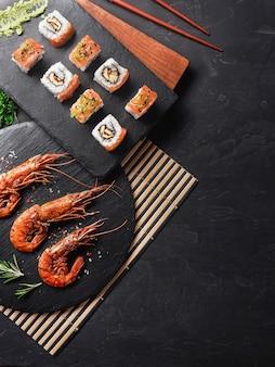 Garnalen met sushi op stenen tafel