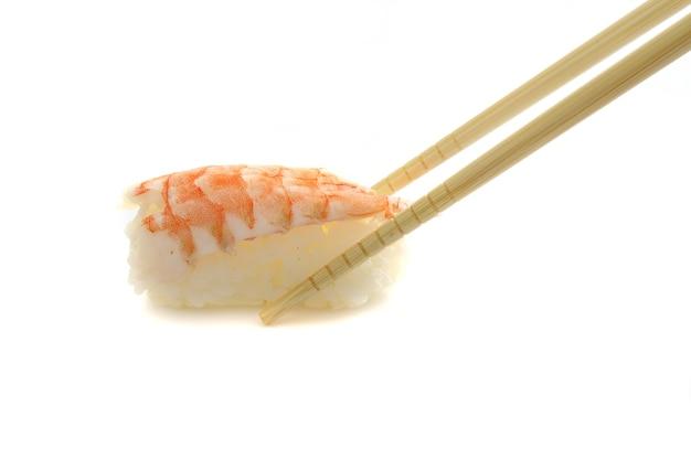 Garnalen sushi geïsoleerd op wit