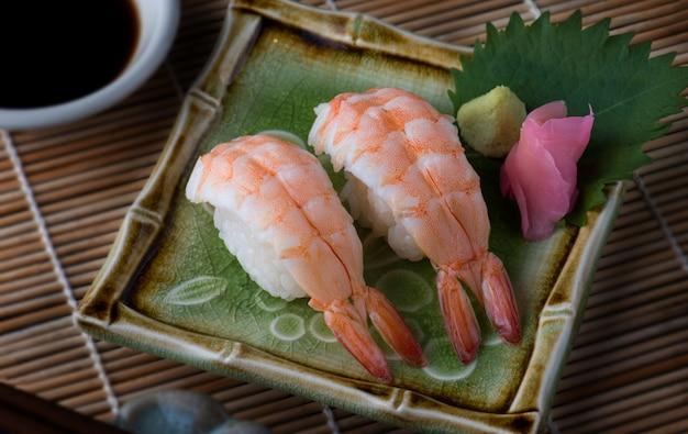 Garnalen sushi serveren setting.