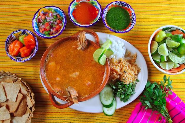 Garnalen zeevruchten soep mexicaanse chili sauzen nachos