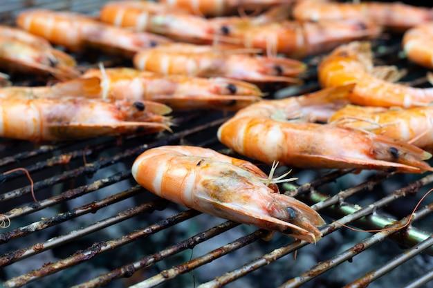 Garnalen zijn gekookt op barbecuegrill