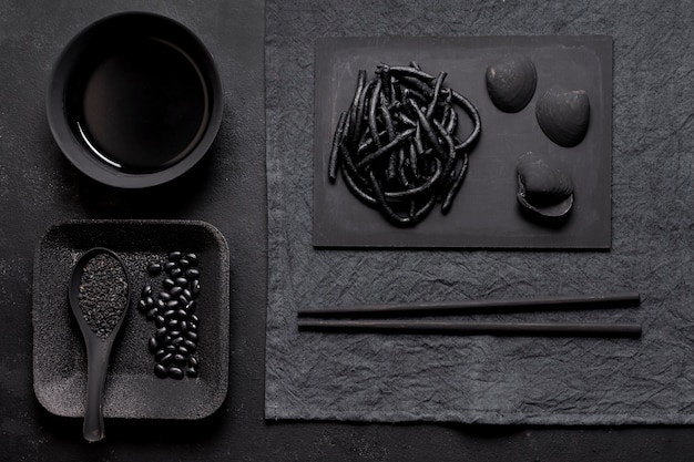 Garnalen zwarte pasta met kokkels donker arrangement