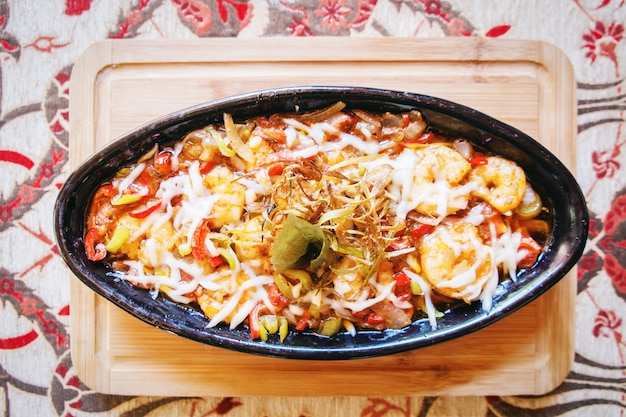 Garnalendeegwaren met de tomaat van de uipeper op het restaurant van de komlijst in het turkse voedsel in turkije