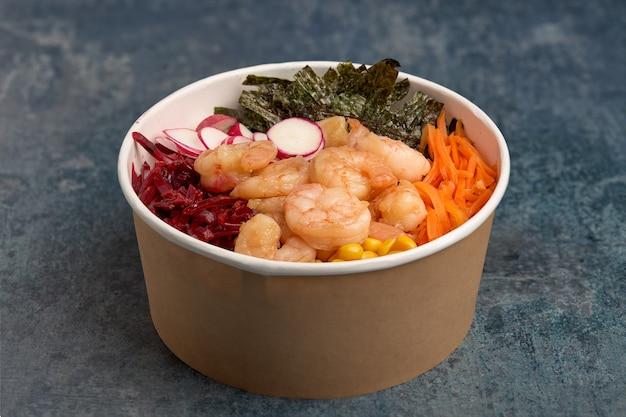 Garnalenpoke met wortelen, bieten en zeewier.