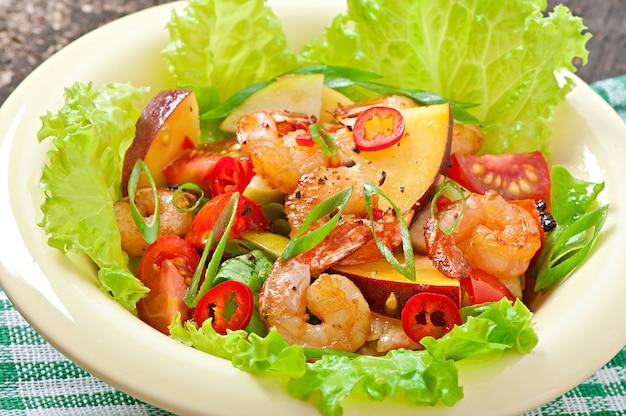 Garnalensalade met perziken, tomaat, avocado en sla