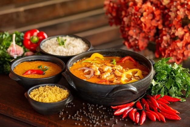 Garnalenstoofpot, meestal geserveerd met rijstpap en maniokmeel traditioneel gerecht uit brazilië