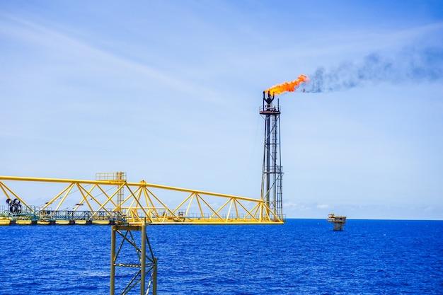 Gasflare komt vrij en brandt naar de atmosfeer op een offshore-locatie