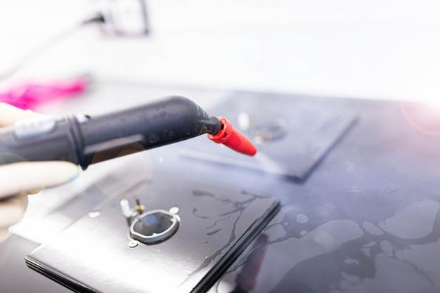 Gasfornuis reinigen met een stoomreiniger in de keuken desinfectie bij het schoonmaken van het huis
