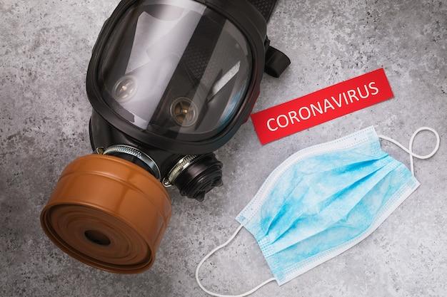 Gasmasker medisch masker en tag met tekst bovenaanzicht concept voor betere verdediging tegen coronavirus