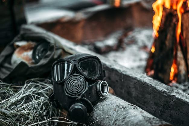 Gasmasker tegen vuur, post-apocalyptische levensstijl, dag des oordeels, horror van nucleaire oorlog, zone van vervuiling ecologie