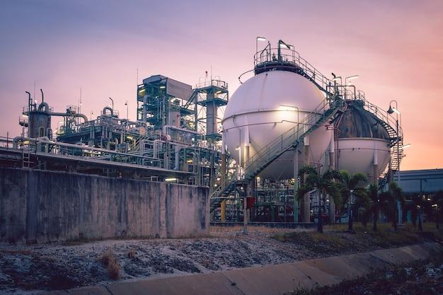 Gasopslag in petrochemische fabriek met zonsondergang
