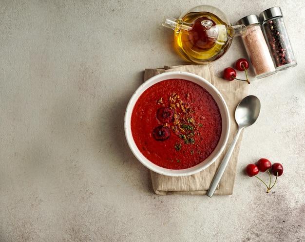 Gaspacho de cereza, kers en tomaat, koude spaanse romige soep, zomersoep