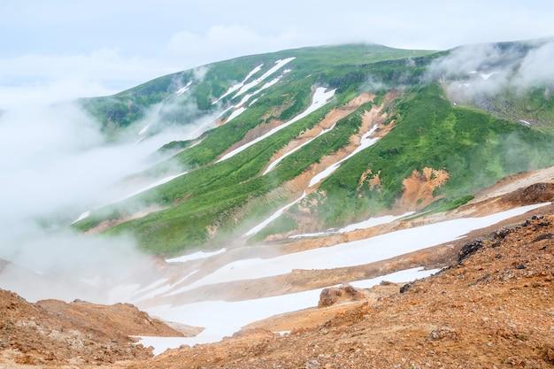 Gassen op de hellingen van de vulkaan tolbachik, kamchatka, rusland
