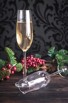 Gassen van champagne met kerstboom