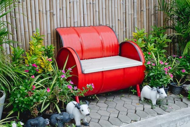 Gastankstoel oranje-rood op houten achtergrond.