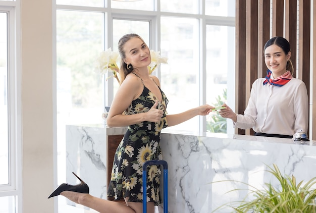 Gasten betalen met kaart voor diensten bij de incheckbalie van het hotel, klanten die inchecken bij een resort
