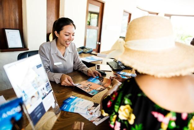 Gasten boeken een rondleiding in een hotel