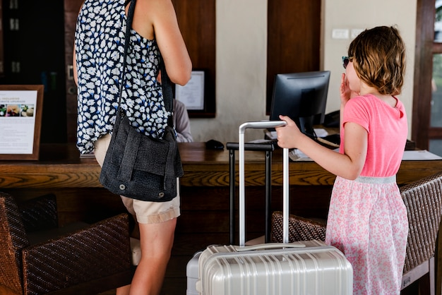 Gasten die inchecken in een hotel