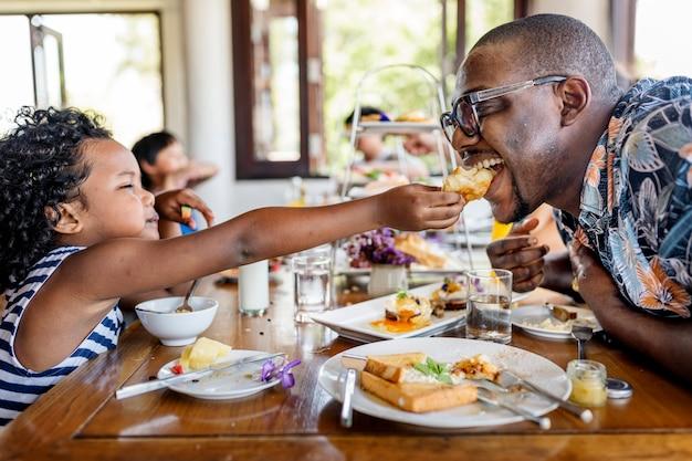 Gasten die ontbijten in het restaurant van het hotel