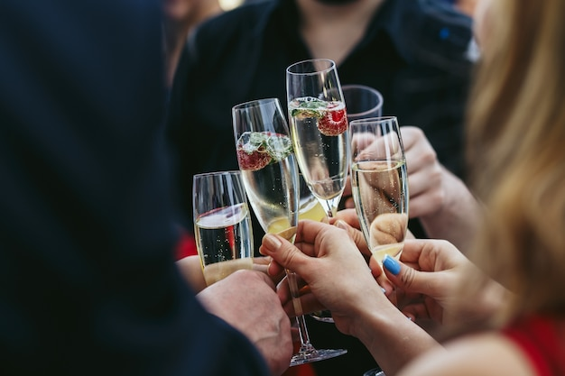 Gasten drinken glazen champagne met heerlijke aardbeien