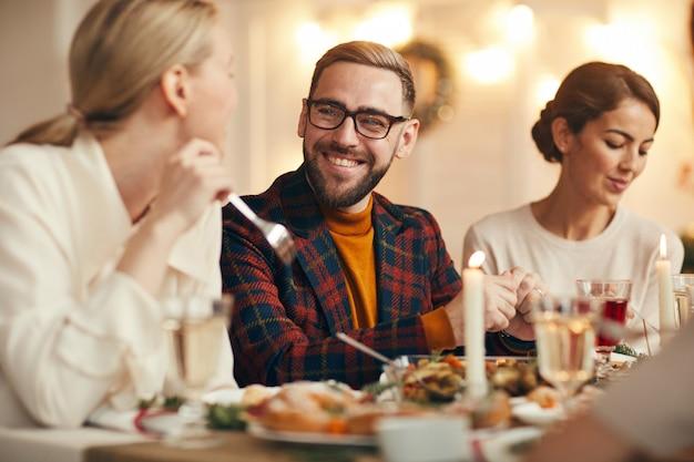 Gasten genieten van een diner met kerstmis