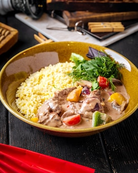 Gastronomisch gerecht rijst met gestoofd rundvlees en groenten