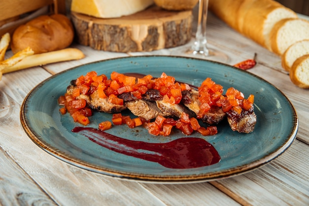 Gastronomisch kippenbroodje met paprika en saus