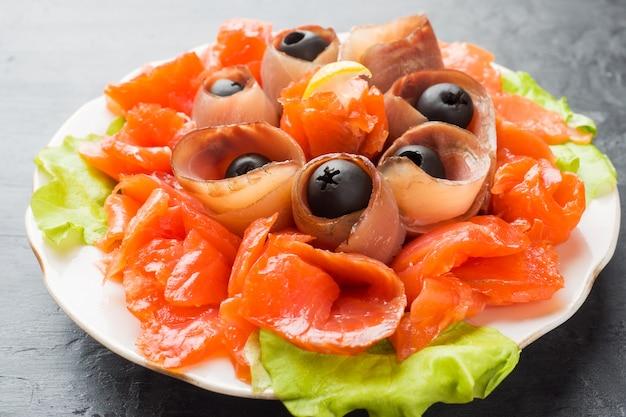 Gastronomisch restaurant met een bord gerookt zout, rauwe witte visfilets en zalm