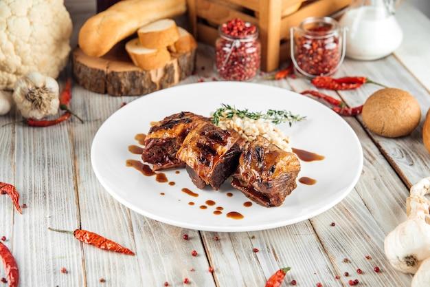Gastronomisch rundvlees gestoofde ribben met risotto van parelgort