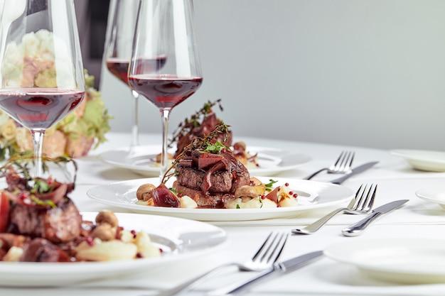 Gastronomisch voorgerecht: prachtig gedecoreerde foie gras van het cateringbanket met bessen.