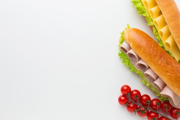 Gastronomische broodjes en tomaten