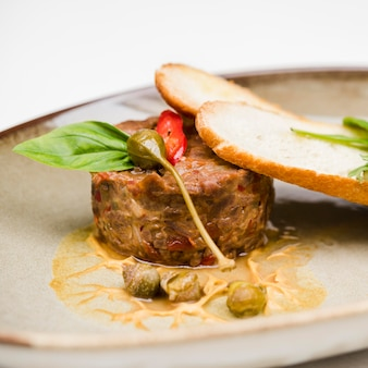 Gastronomische bruschetta en vlees dichte omhooggaand