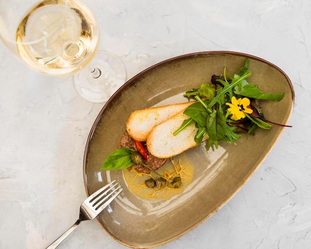 Gastronomische bruschetta geserveerd met wijn