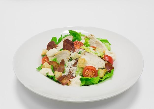 Gastronomische caesarsalade met bacon. bovenaanzicht. witte achtergrond. gezond eetconcept. gemengde media