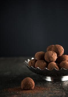 Gastronomische cocolate truffels op een donkere sfeer en achtergrond.