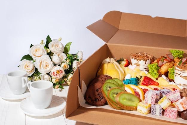 Gastronomische doos, eten, snoep en fruit, bloemen voor een geschenk