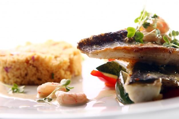 Gastronomische gegrilde vis geserveerd met garnalen