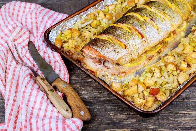 Gastronomische in de oven gebakken roze zalm met dun gesneden als een heerlijke zeevruchtenstarter voor een diner