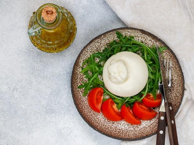 Gastronomische italiaanse kaasburrata (mozzarella en strachatella)