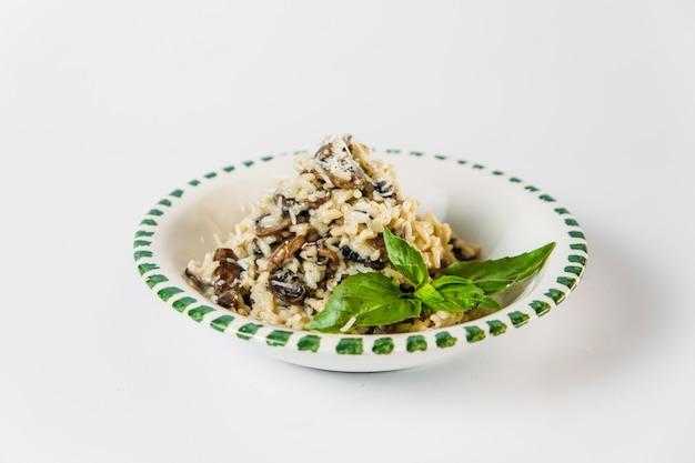 Gastronomische italiaanse schotelrisotto met paddestoelen