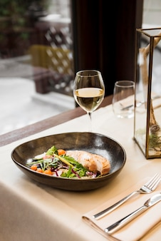 Gastronomische maaltijd geserveerd met wijn