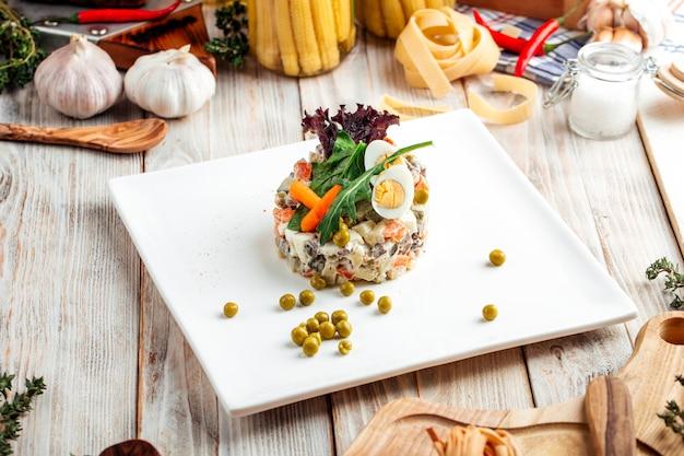 Gastronomische olivier russische salade met mayonaise
